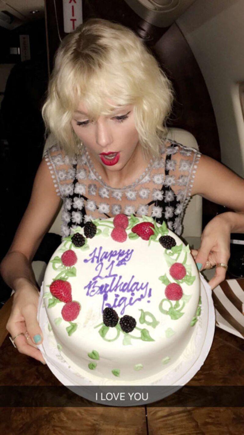 Este fue el pastel con el que la cantante festejó los 21 años de su amiga.