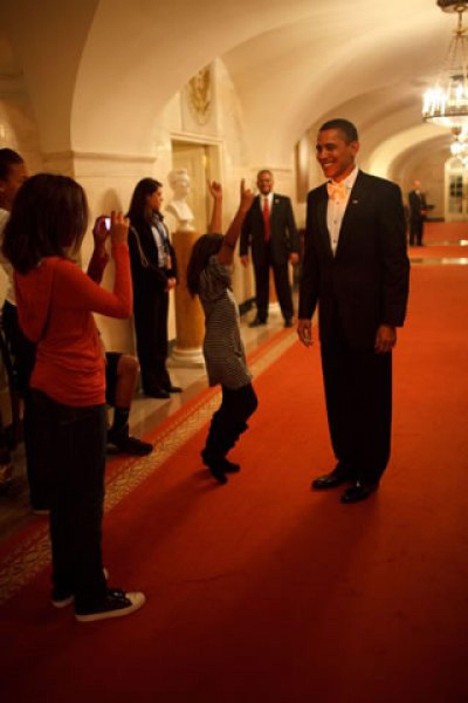 Barack Obama es fotografiado por sus hijas Malia y Sasha en la Casa Blanca antes de partir a la celebración por su victoria como presidente de Estado Unidos el 20 de enero pasado.