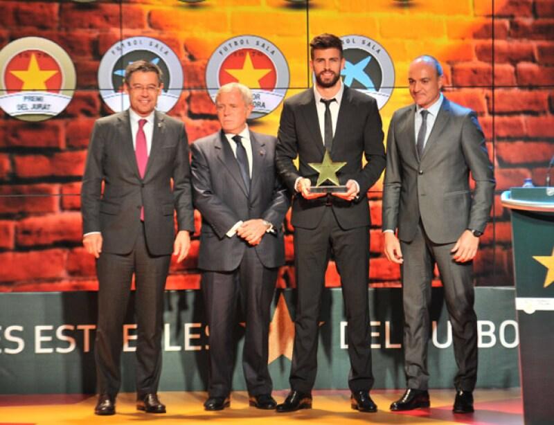 El futbolista del Barcelona recibiendo la distinción que le otorgó la Federación Catalana de Futbol.
