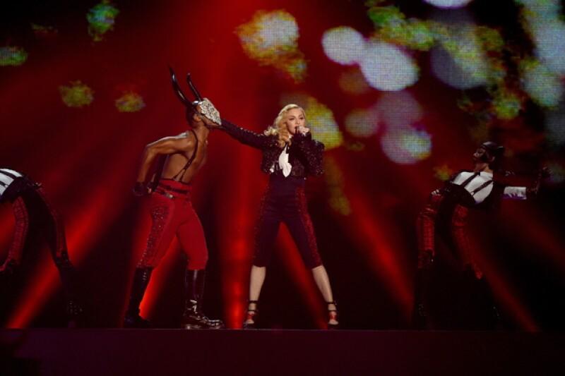 """A pesar de su caída, la actuación de la cantante con su tema """"Living for Love"""" fue espectacular."""