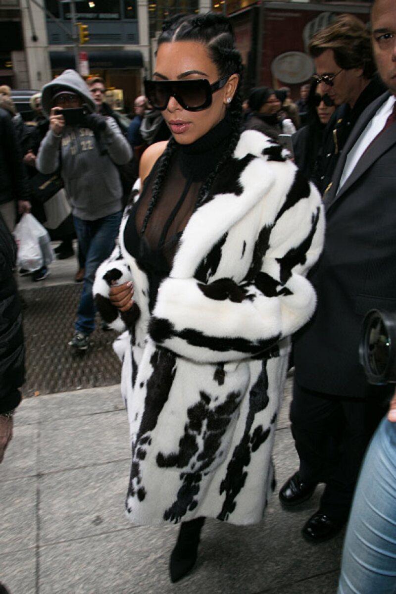 La estrella televisiva se dejó ver a su llegada al Fashion Week de Nueva York, a donde llegó ayer para ver el desfile de la marca de su esposo Kanye West.