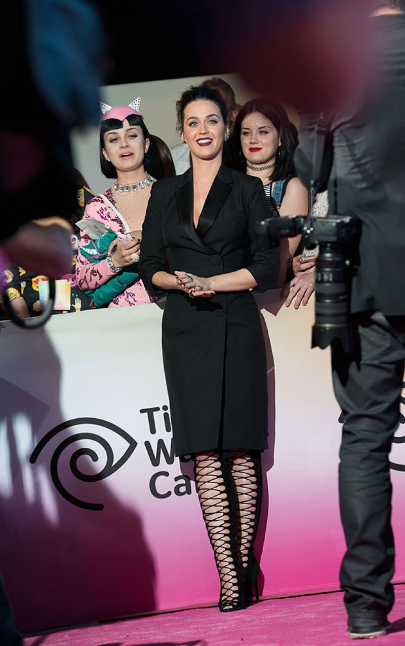 La cantante eligió un atuendo en total black para el evento.