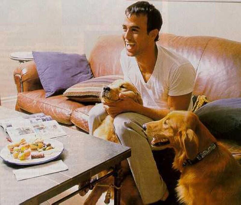 Le gusta pasar su tiempo en su casa y con sus perros.