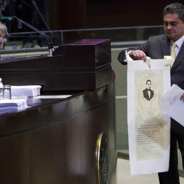 El perredista y secretario de la Comisión de energía de la Cámara baja, Luis Ángel Espinosa Cházaro, colocó un cartel con la imagen y un pensamiento de Benito Juárez.
