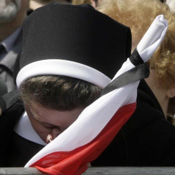 Una monja polaca le llora este sábado durante los funerales de su presidente