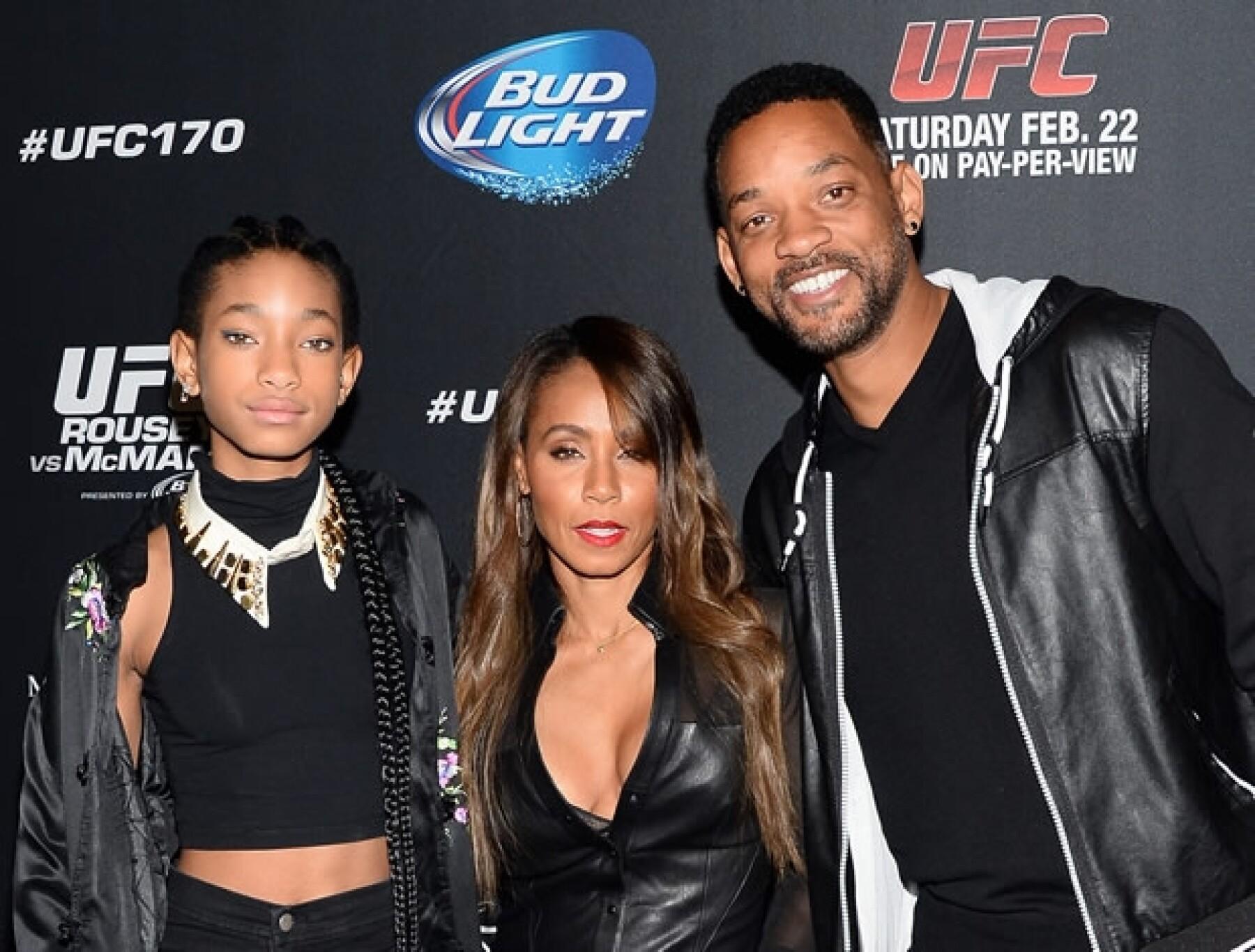 Willow Smith con sus papás, Jada y Will.
