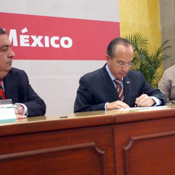 El Presidente Felipe Calderón firmó el decreto de reforma constitucional que establece topes a los salarios de los servidores públicos y ratificó su compromiso con el uso eficiente y transparente de los recursos.