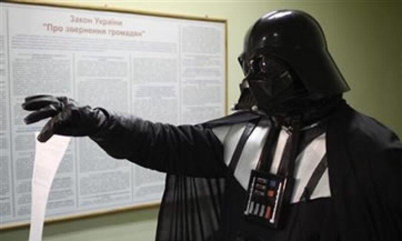 Los funcionarios aceptaron la solicitud del ciudadano luego que aceptó quitarse el casco negro típico del personaje. (Foto: Reuters)