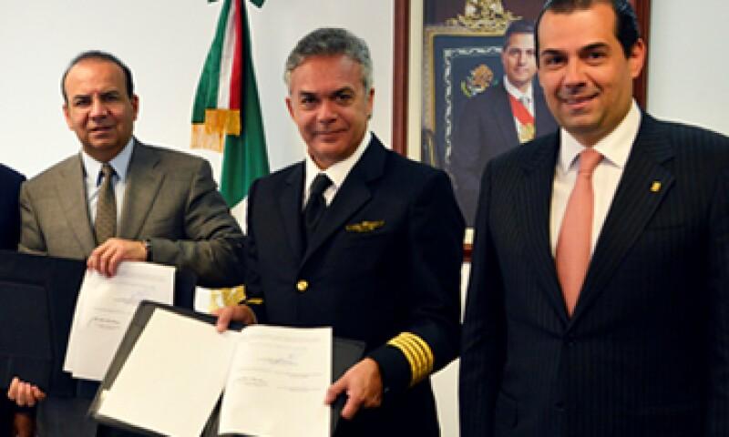 En el acuerdo participaron el secretario del Trabajo, Alfonso Navarrete (i), el líder de ASPA, Carlos Díaz Chávez Morineau (c), y el director de Aeroméxico, Andrés Conesa (d). (Foto: Cortesía de la Secretaría del Trabajo federal)