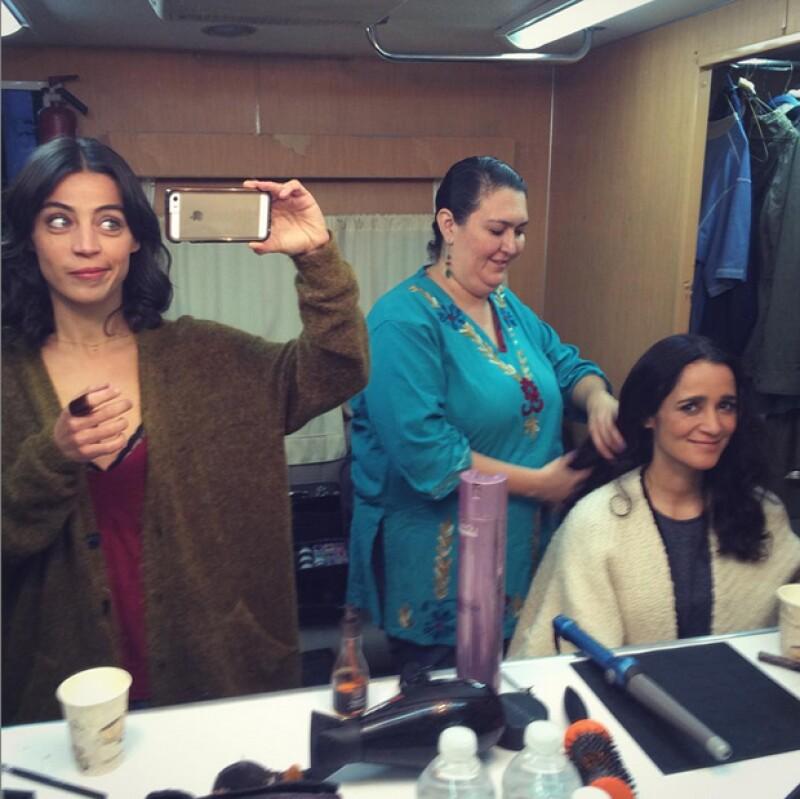 Ilse Salas y Julieta Venegas en pleno proceso de maquillaje y peinado.