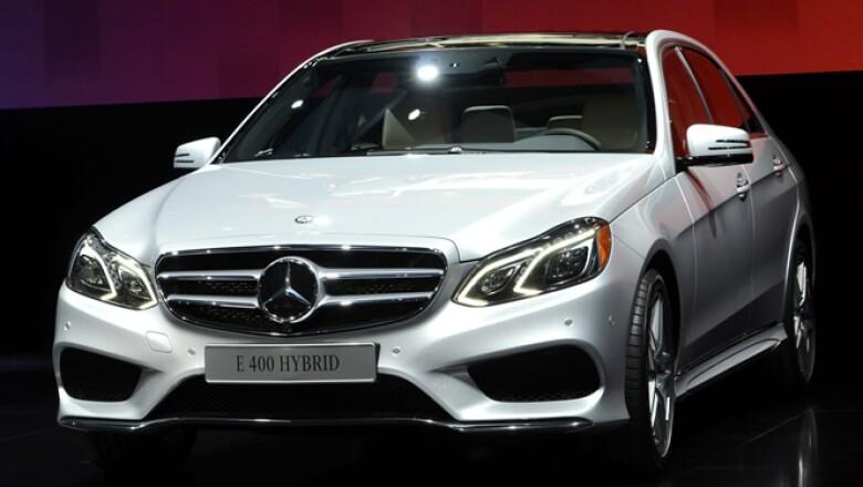 En más vehículos de lujo, el Mercedes Benz Clase E 400 híbrido modelo 2014 es una de las grandes atracciones.