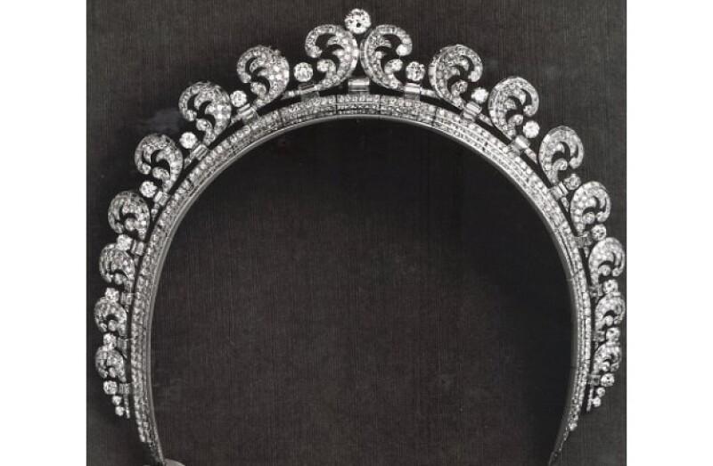 La exquisita joya perteneció a la Reina Madre, quien a su vez la obsequió a su hija la Reina Isabel II cuando cumplió 18 años.