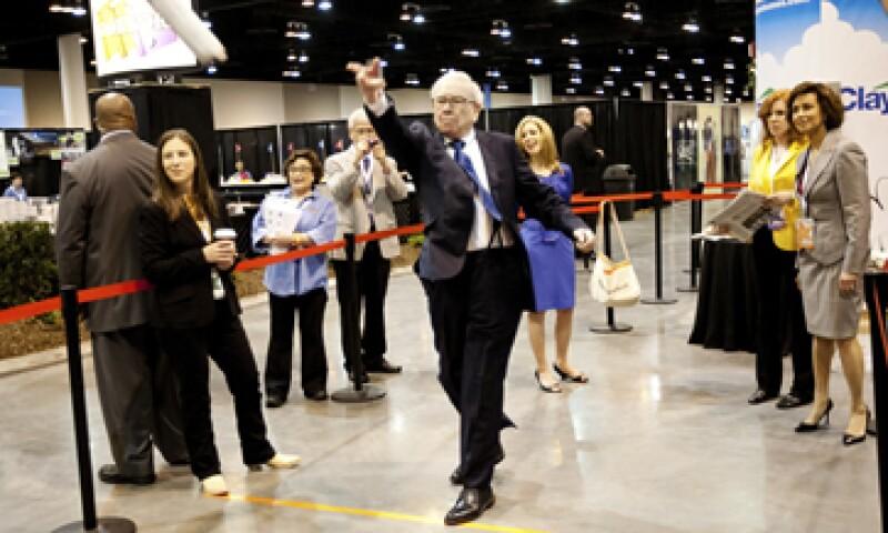 Warren Buffett participó en un concurso de lanzamiento de periódicos este fin de semana como parte de la reunión anual de accionistas. (Foto: Reuters)