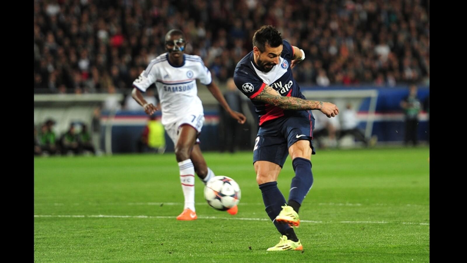 Ezequiel Lavezzi del PSG anota el primer gol de la ida