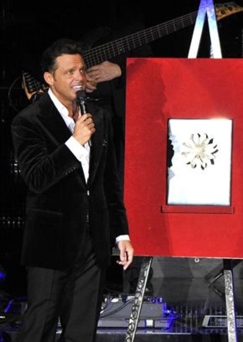 El cantante recibió este miércoles la primera Dalia de Plata por lograr 180 conciertos en el Auditorio Nacional de la ciudad de México. en el Auditorio Nacional de la ciudad de México.