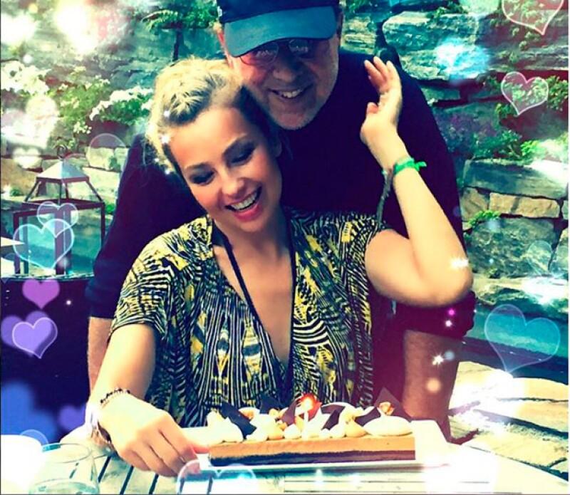 La cantante mexicana celebró su cumpleaños 44 con su esposo y sus hijos, quienes la sorprendieron con un pastel hecho por ellos mismos.