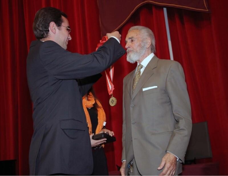 El primer actor recibió de manos del vicerrector de la Universidad Anahuac, José Antonio Dávila, la medalla de Arte y Cultura por su amplia trayectoria.
