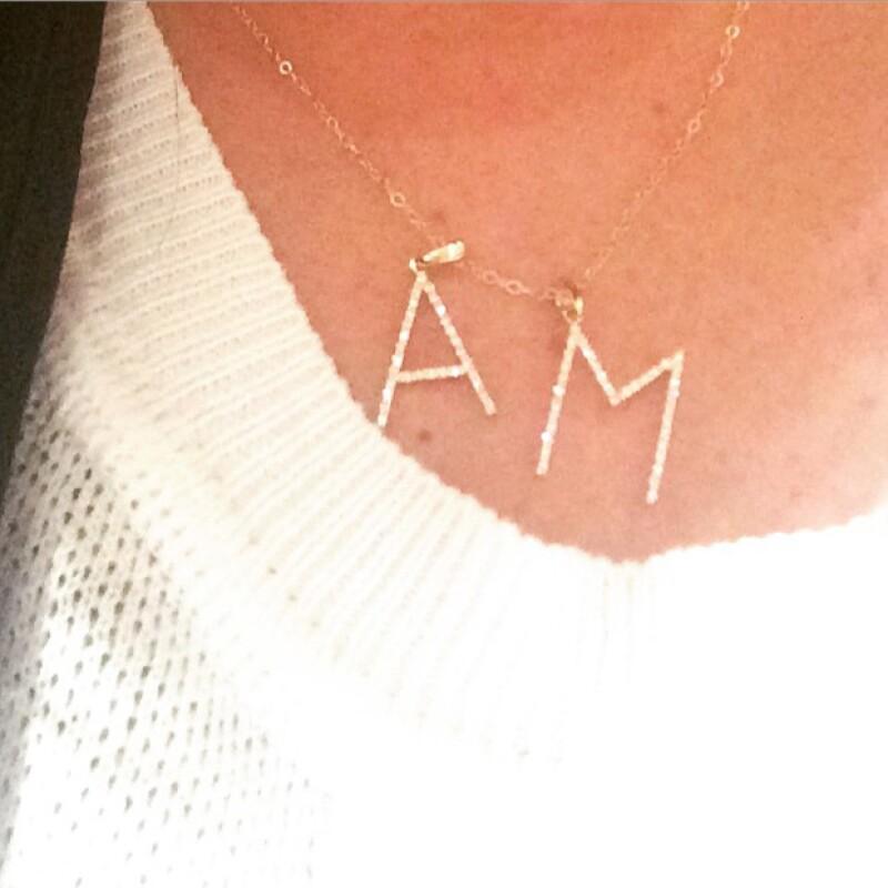 Continuando la emoción por su compromiso, la actriz presumió en Instagrama una romántica fotografía de un collar suyo que tiene la inicial de su nombre y el de su futuro esposo.