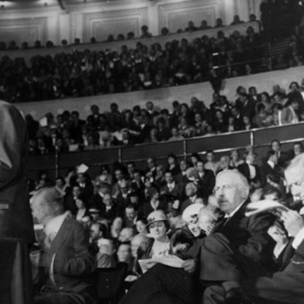 einstein ofrece una conferencia en londres