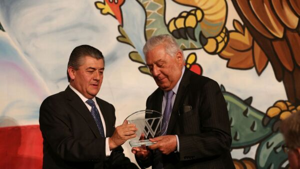 Antonio del Valle (derecha) fue reconocido por su trayectoria profesional.