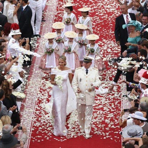 El Príncipe y su esposa salieron del patio de Palacio y fueron recibidos con aplausos y fanfarrias.