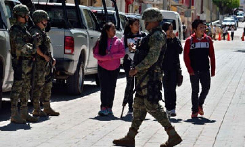 Elementos del Ejército de México en Chilapa, Guerrero, resguardando los alrededores de una reunión de seguridad el jueves. (Foto: Cuartoscuro )