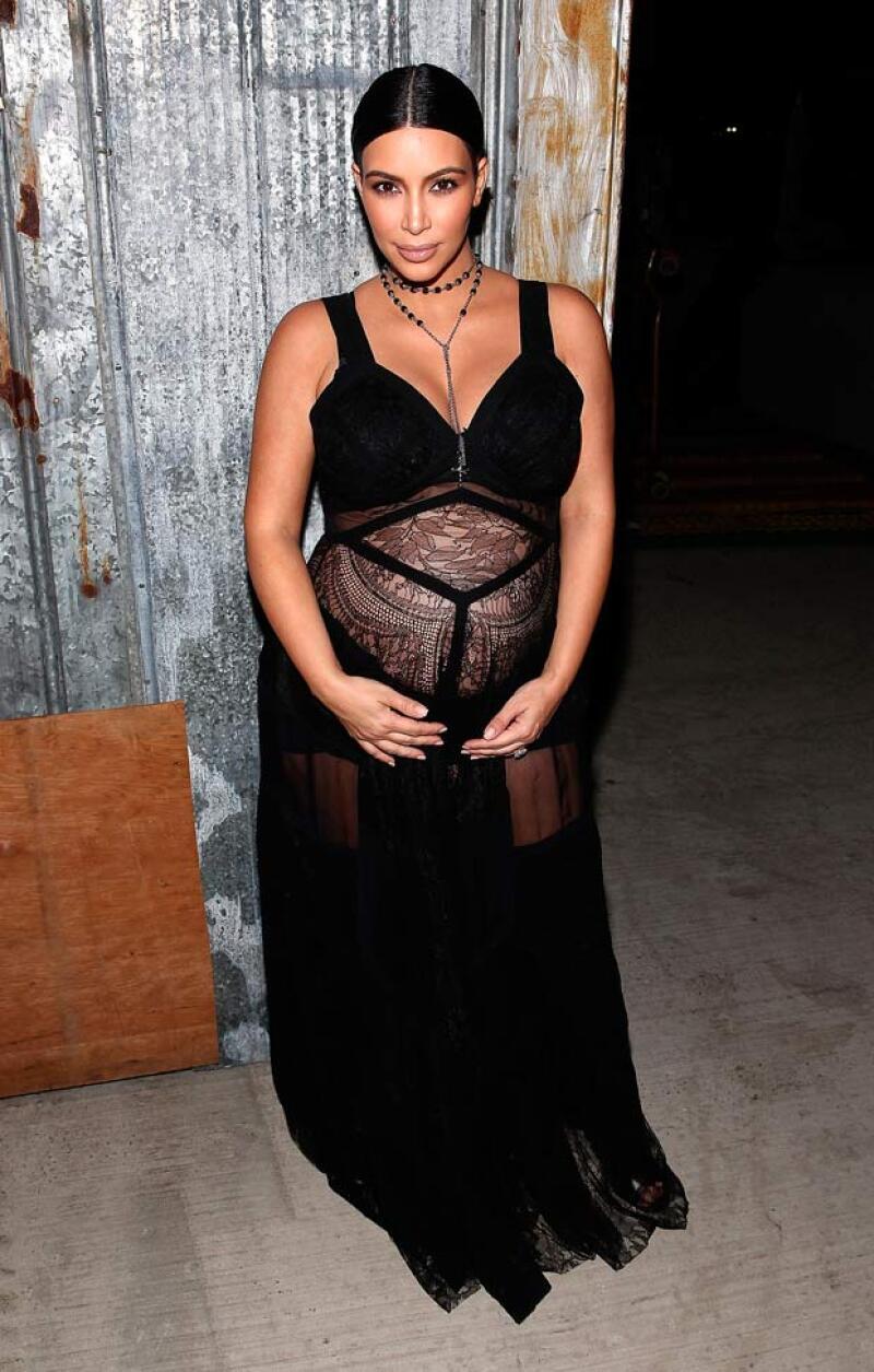La esposa de Kanye West vuelve a sorprender con un outfit de maternidad  muy arriesgado, dejando a todos con la boca abierta durante el show de Givenchy.