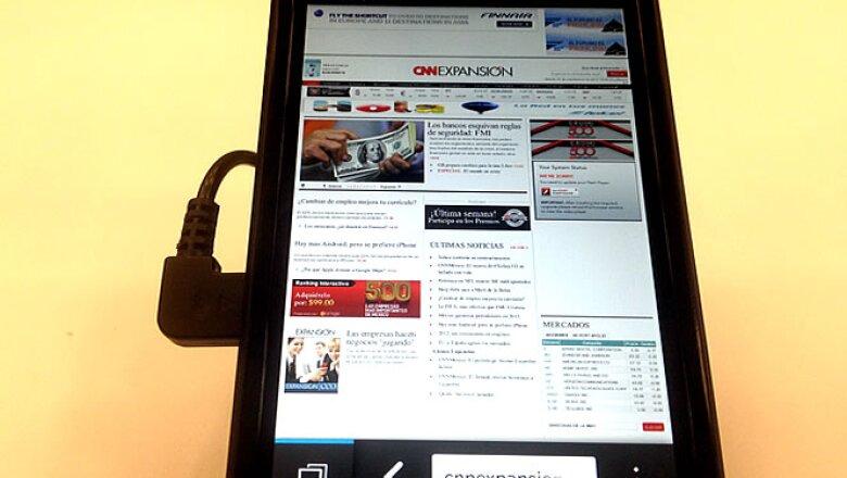 Este equipo es el Dev Alpha B, un celular con el que los desarrolladores interactúan para diseñar las nuevas aplicaciones de la compañía canadiense y su nuevo sistema operativo, BlackBerry 10.