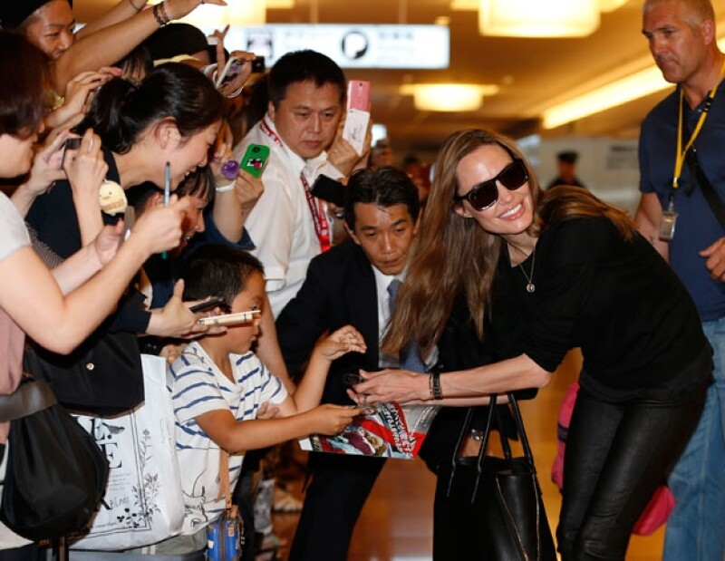 Jolie fue muy accesible con sus seguidores que ya la esperaban en el aeropuerto.