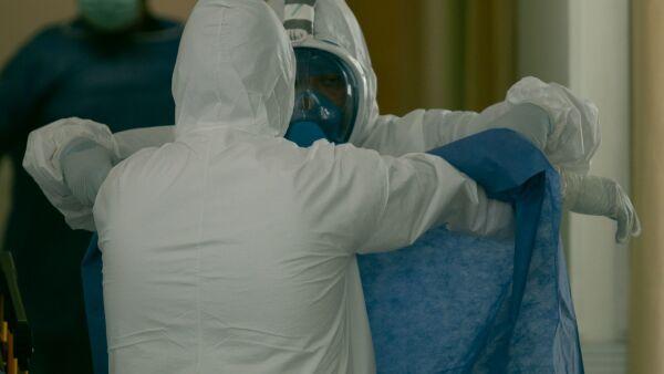 Personal médico se prepara para realizar el traslado de un paciente Covid a otro hospital.