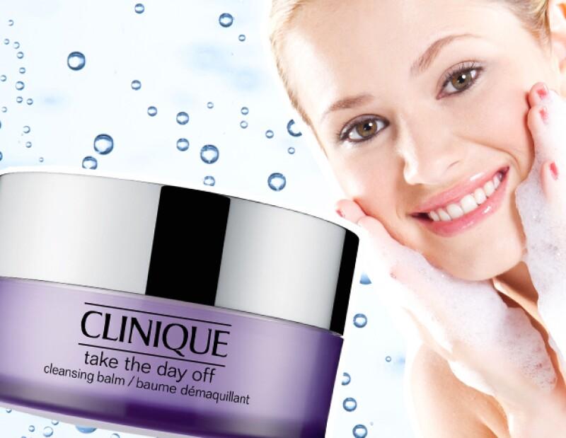 Después de despintarte los ojos, lávate la cara para empezar a eliminar rastros de maquillaje.