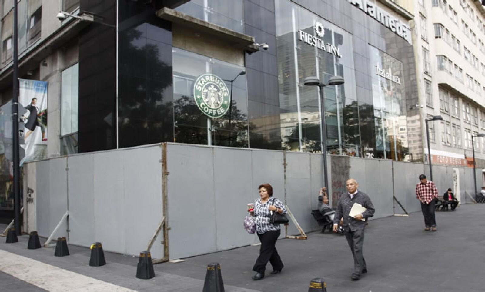 Los negocios han colocado barricadas para evitar las agresiones a sus locales.