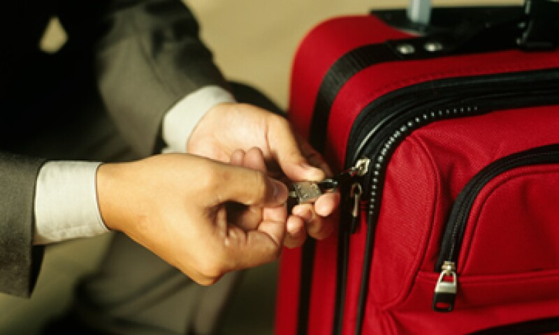 Aunque las aerolíneas otorgan identificadores para tu equipaje, te recomiendan que coloques otros por tu cuenta.(Foto: iStock by Getty Images.)