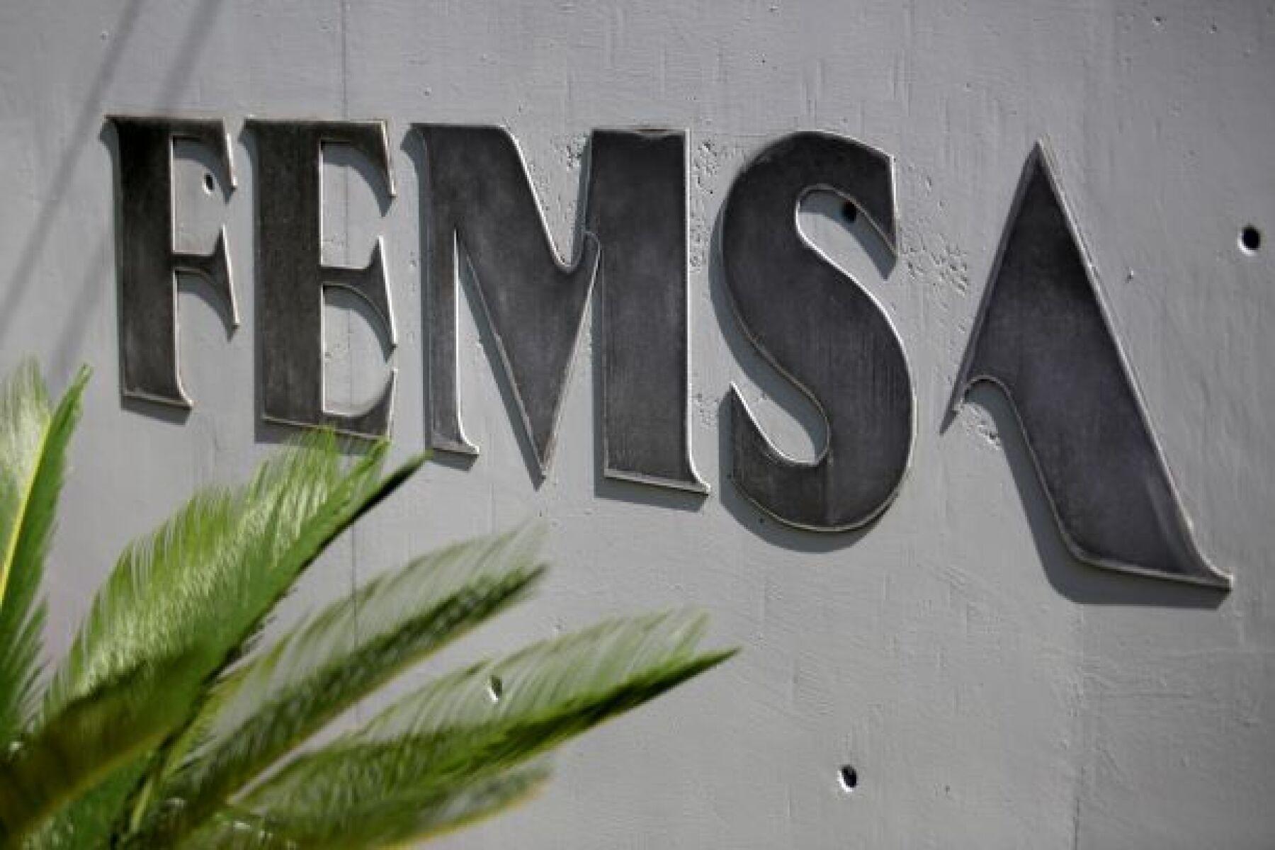 FEMSA paga impuestos al SAT y se une a Walmart acordando deudas con Hacienda