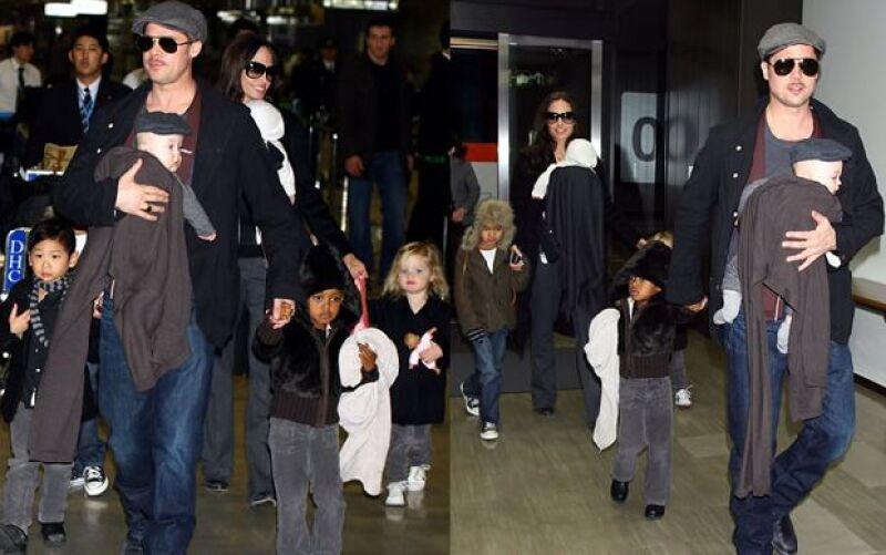 Los actores viajaron para presentar la cinta El Curioso Caso de Benjamin Button; la pareja fue captada en el aeropuerto de Narita, cerca de Tokio, con sus seis niños.