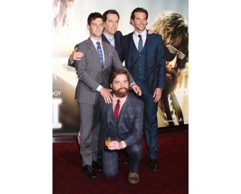 Justin Bartha, Ed Helms, Bradley Cooper y Zach Galifianakis, el cuarteto que le encanta meterse en aprietos, lucieron muy guapos en sus trajes para la alfombra roja de la premiere.