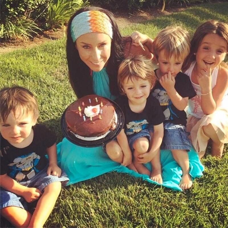 La guapa conductora festejó sus 31 años rodeada por sus cuatro hijos, su prometido y su familia en San Diego, California.