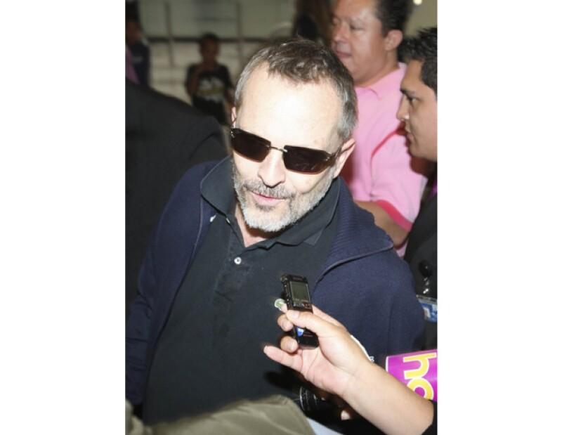 El cantante español dijo estar cansado debido a la carga de trabajo, sin embargo felicitó al reportero que retomó con mucha clase la plática.