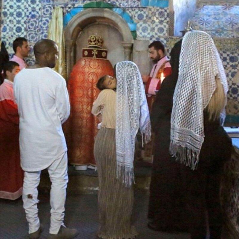 Durante la ceremonia, Kim y Khloé lucieron mantos blancos sobre su cabeza.