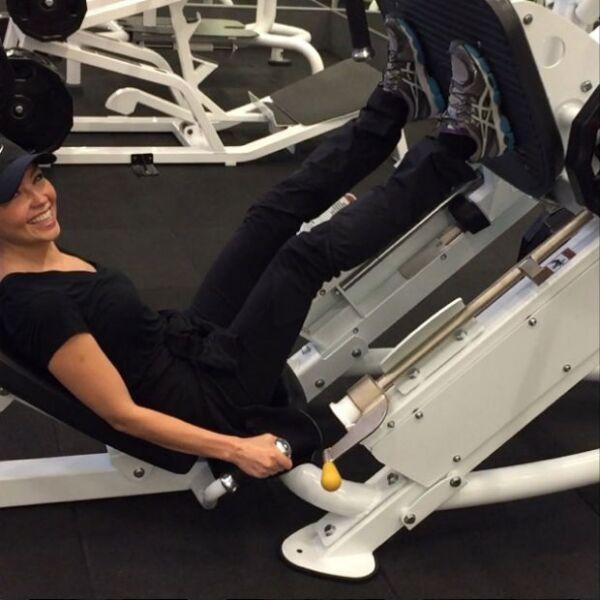 Después de todos los antojos y postres, Thalía sabe perfectamente que unas horas en el gym son la solución.