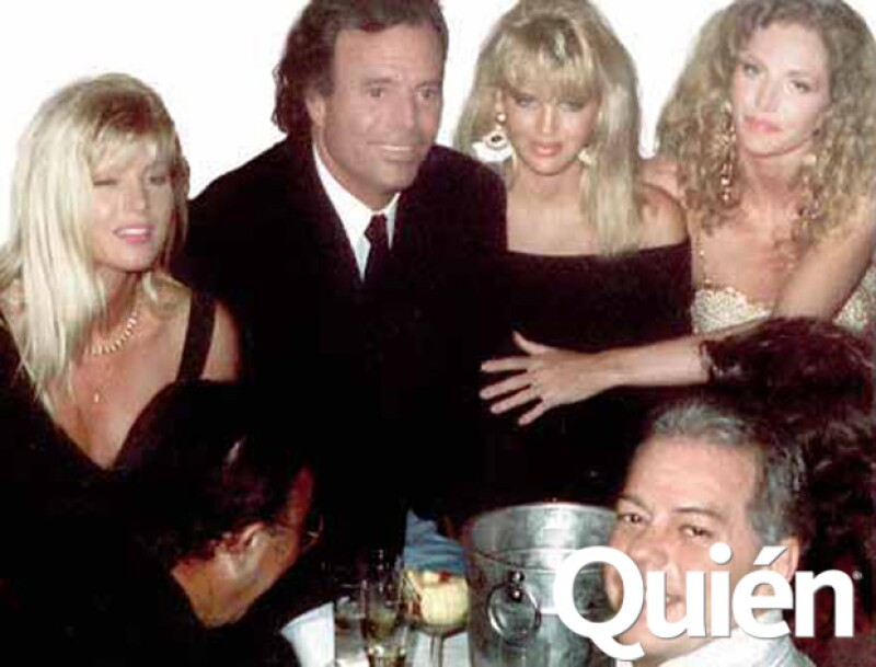 Julio Iglesias con un grupo de amigas.