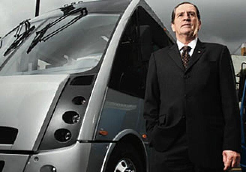 El coordinador comercial de Grupo Autofin, Francisco Bada, comenta que la firma invertirá 14 millones de dólares en una armadora de camiones.  (Foto: Especial )