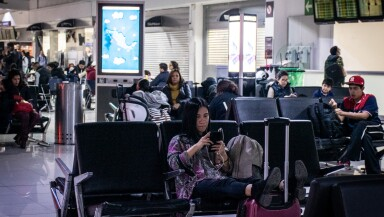 Turistas abarrotan el AICM