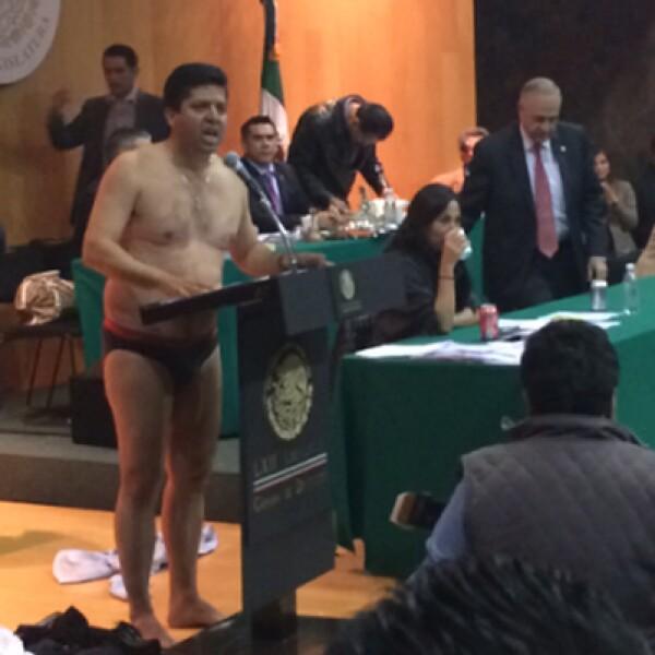 el diputado del PRD Antonio García Conejo, medio hermano de Silvano Aureoles, presentaba su reserva, cuando sorpresivamente se despojo de su ropa.