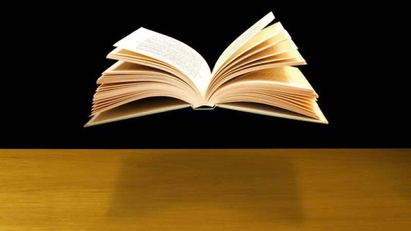 un libro flota sobre una mesa