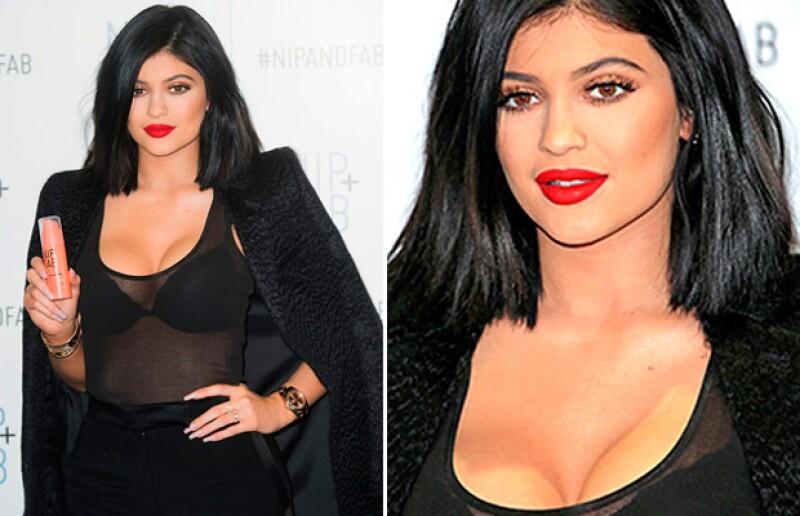 La menor del clan Kardashian-Jenner no pudo evitar un error en el maquillaje del área de sus boobs, que no disimulo ni con un escote de infarto.
