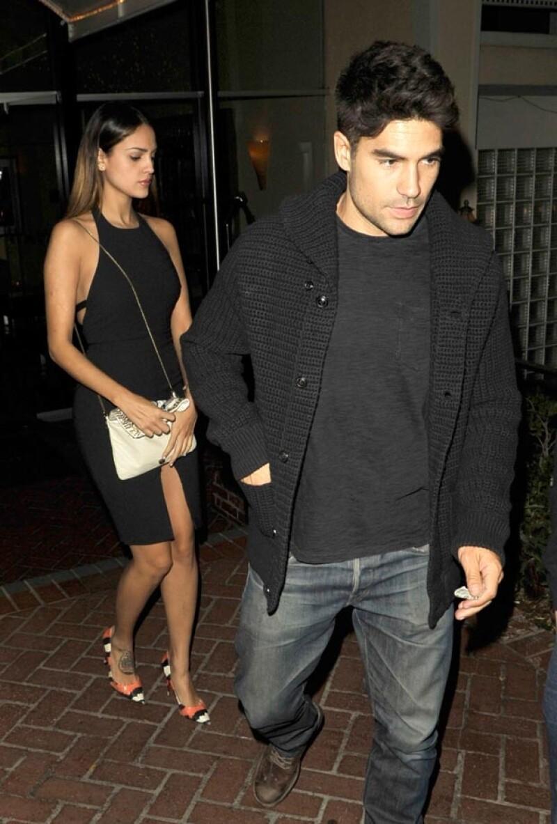 Los novios fueron vistos dejando el Sunset Marquis en West Hollywood, aunque procuraron pasar desapercibidos; ella lucía sexy con un ajustado vestido negro.