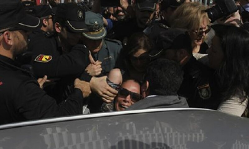 Decenas de personas que aguardaban el fallo insultaron y zarandearon a Pantoja. (Foto: EFE)