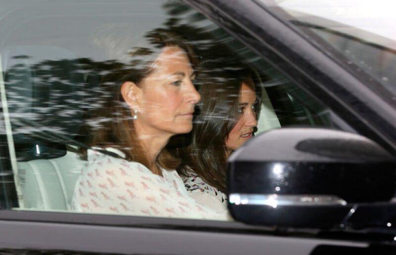 Asimismo la familia de Kate, arribó al palacio real para conocer al nuevo miembro de la familia.