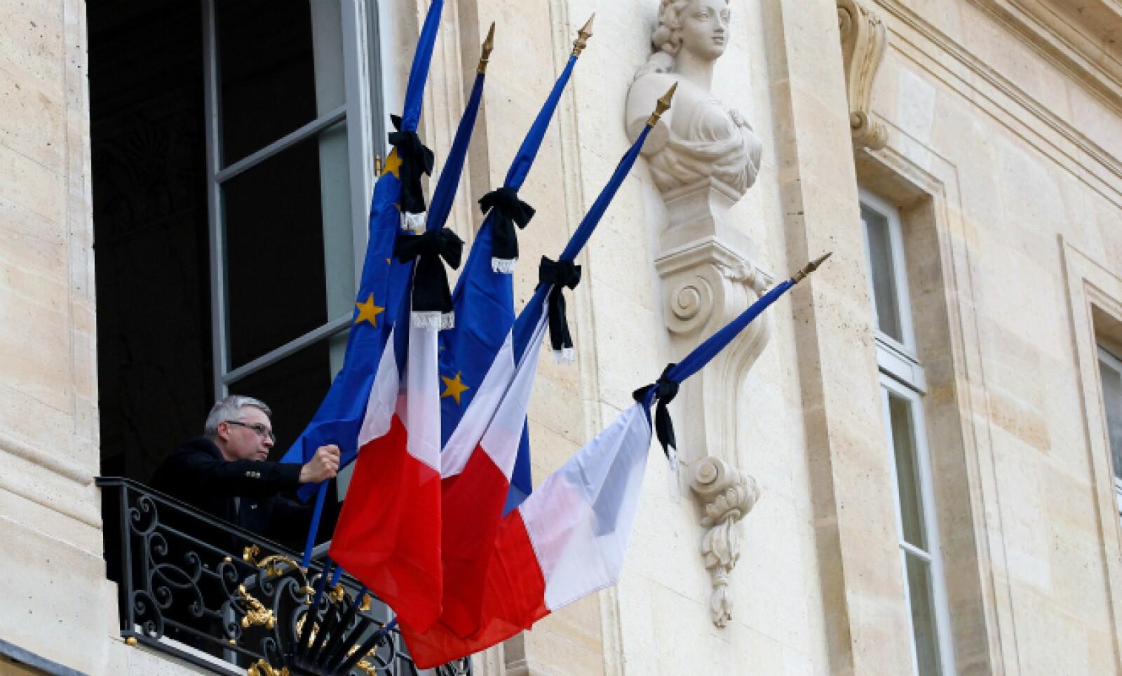 Las banderas del palacio presidencial francés son alzadas a media asta en señal de luto.